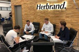 Prüfungsvorbereitung in der Ausbildung bei Mercedes-Benz Herbrand