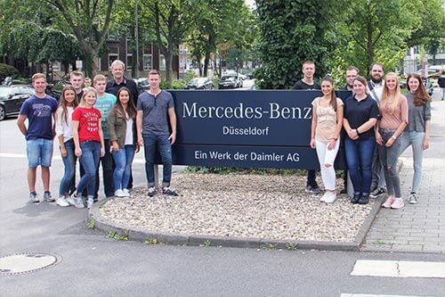 Werksbesichtigung von Daimler in Düsseldorf im Rahmen der Ausbildung bei Mercedes-Benz Herbrand